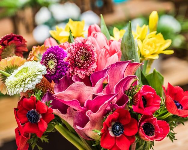 クローズアップで鮮やかな咲く花を配置