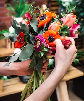 Флорист, собирающий яркие цветы