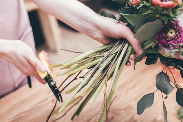 Флорист нарезка цветочных стеблей в букете