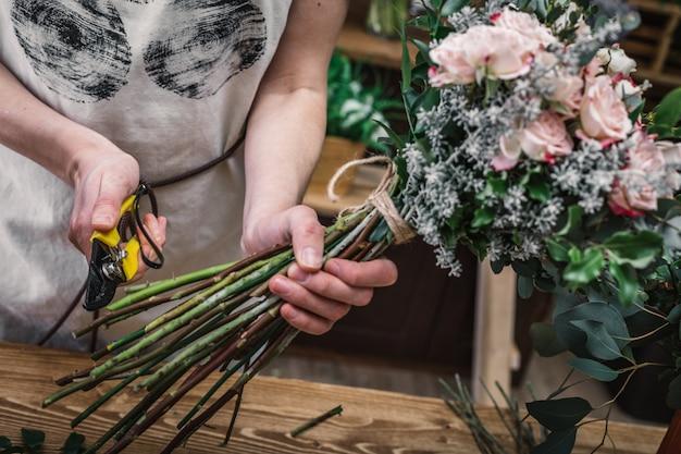 Профессиональные флористы делают букеты цветов