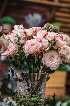 Свадебный букет из белых розовых роз