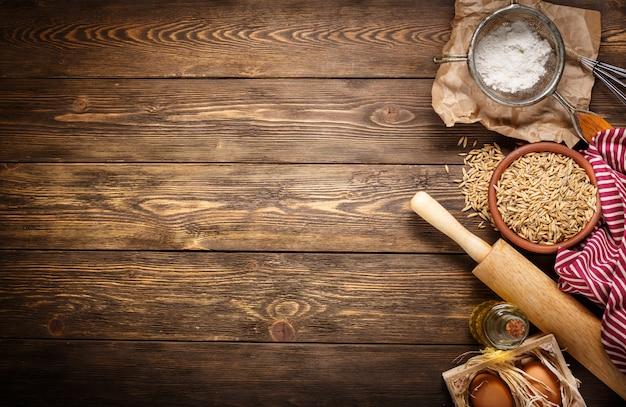 Ингредиенты для выпечки на пустой темный деревянный фон с местом для вашего текста или рецептов. вид сверху.