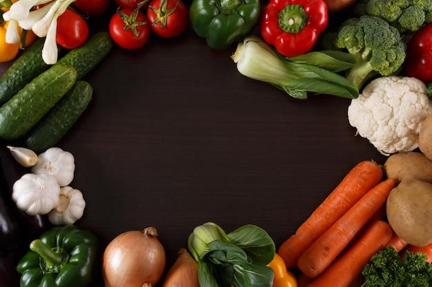 テキスト用のスペースとウッドの背景に野菜。