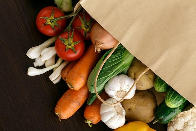 テキスト用のスペースとウッドの背景に野菜。自然食品。