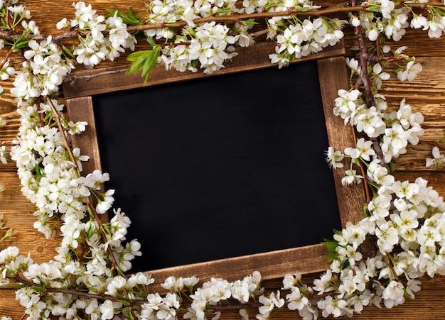 花を持つ古いビンテージ学校スレート