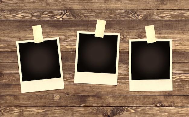 Пустая рамка для фотографий на деревянном фоне