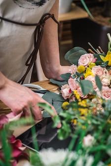 Флорист принимает заказ на доставку цветов