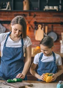 Мать и дочь с овощами