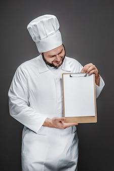 Улыбающийся шеф-повар смотрит на пустой буфер обмена