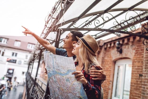 愛するカップルが街を探索