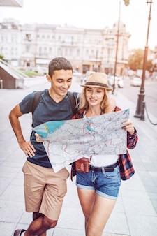 Стильная пара исследует карту города