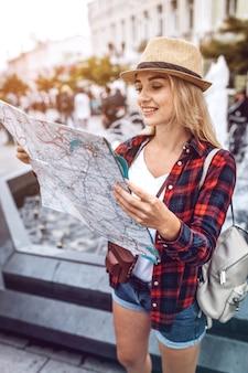 路上の地図を探索する女性