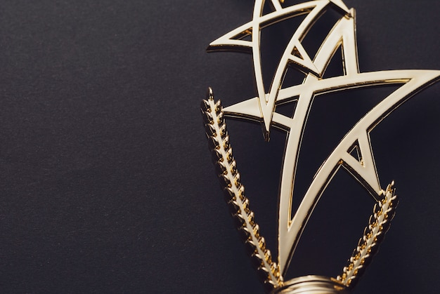 金で作られた星の形の光沢のある像