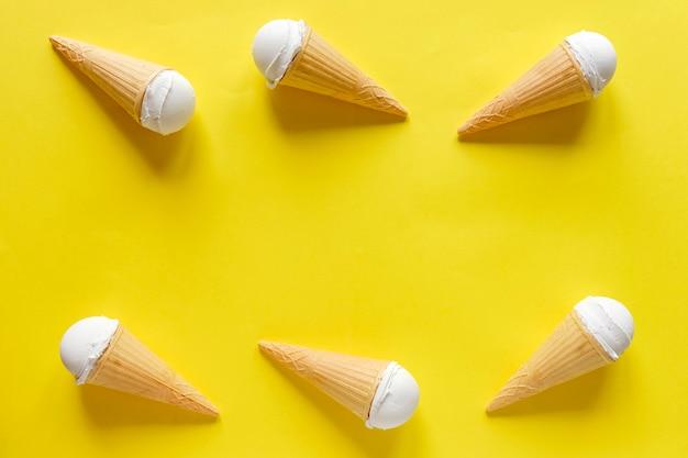 Двойная боковая граница ванильных конусов мороженого