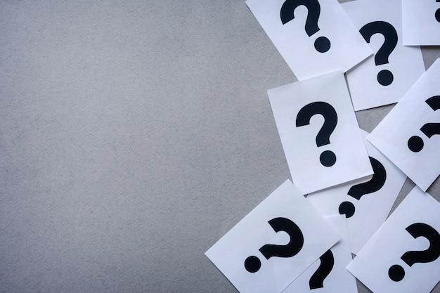 Боковая граница вопросительных знаков принтера на бумаге