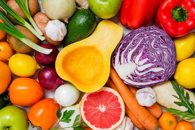 フルフレームで新鮮な野菜と果物のミックス