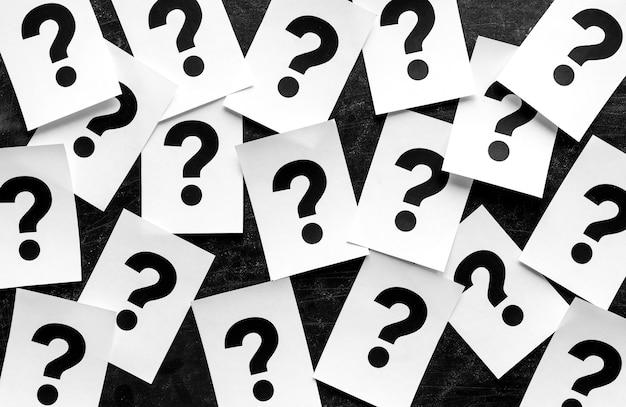 Жирные черные знаки вопроса на бумажных карточках