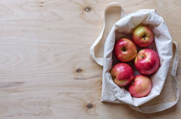 Свежие сочные яблоки в тканевой сумке