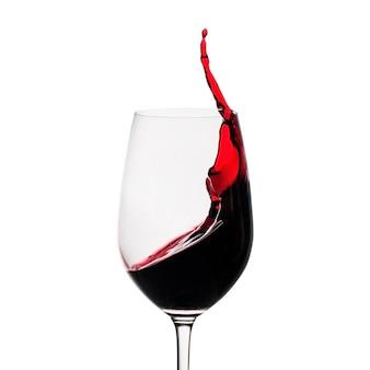 ガラスに水しぶきの赤ワインの動きを凍結