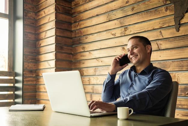 携帯電話で話している成功した幸せなビジネスマン