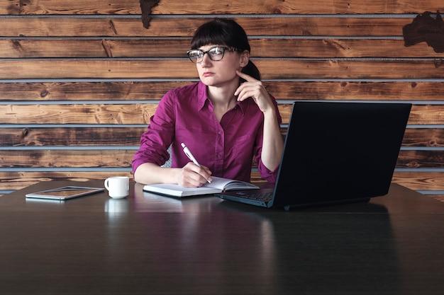 Взволнованная женщина думает о проблемах во время работы