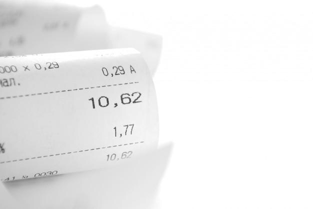 Квитанция на бумаге с описанием покупок на белом фоне и копией пространства