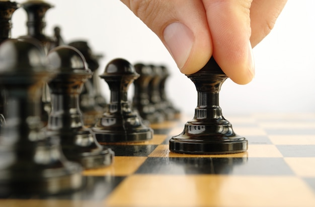 チェスをしている人、チェスの駒の手を示しています