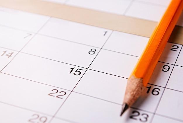 カレンダーの上に横たわる鉛筆