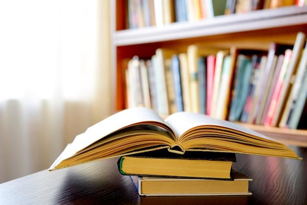 Открытая книга с книжными полками в