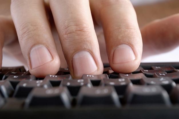 Мужская рука на клавиатуре компьютера женская рука на клавиатуре набора текста