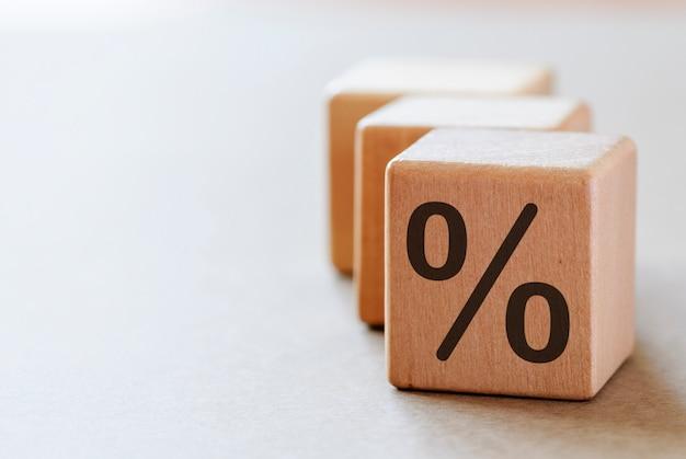 Кубики с символом процента с копией пространства