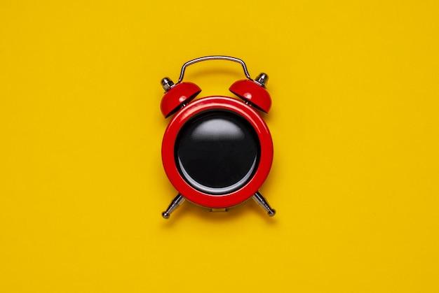 Красный кофе-будильник с колокольчиками, копия пространства