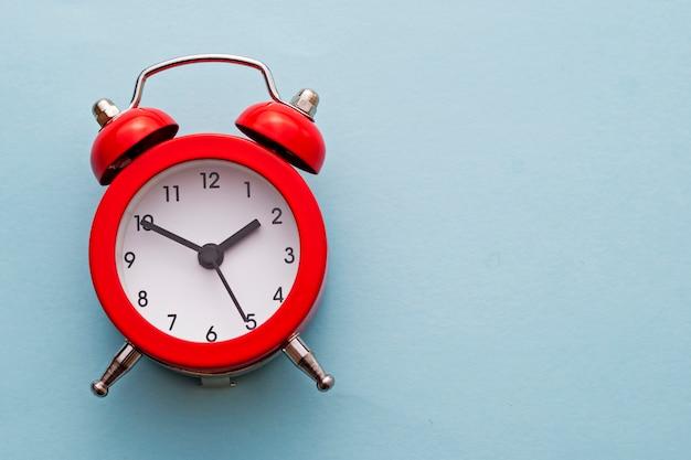 鐘とカラフルな赤い伝統的な目覚まし時計