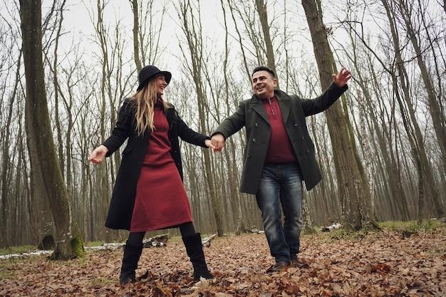 Радостная молодая влюбленная пара на романтическом свидании