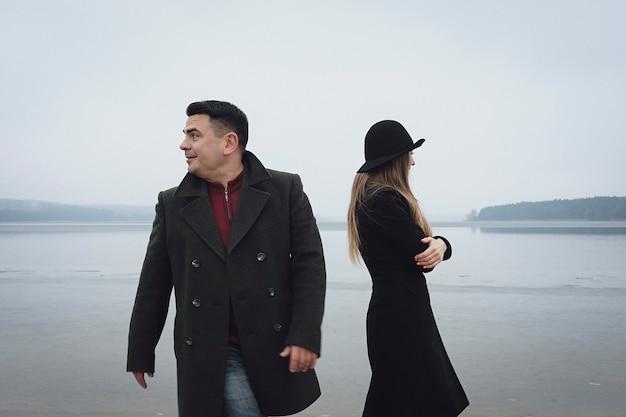 Молодая пара, имеющие проблемы в отношениях