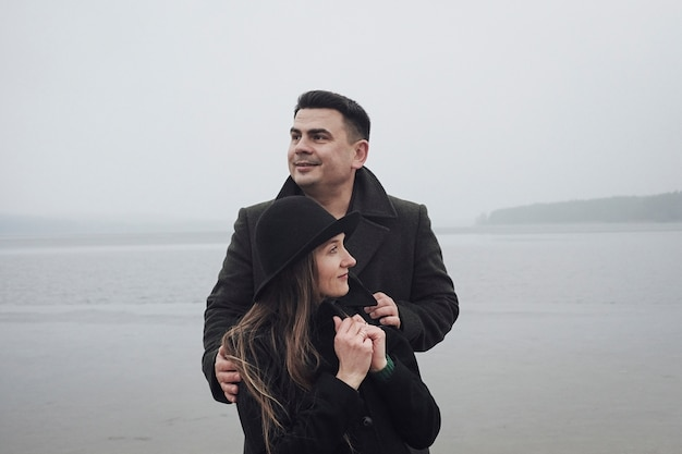 Любить молодая пара, наслаждаясь романтическим моментом