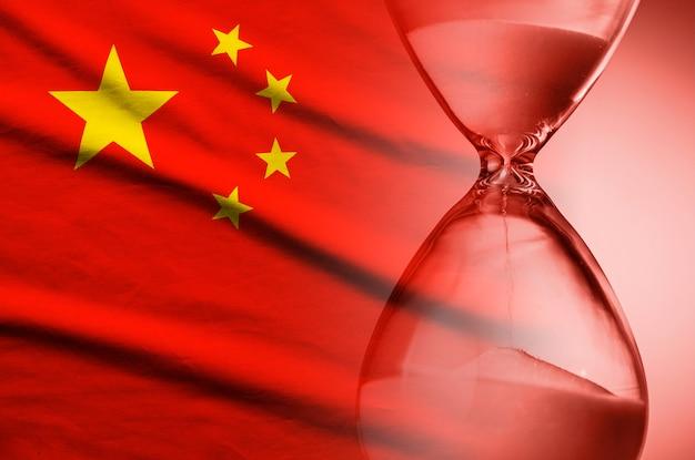 Песок бежит через песочные часы на флаге китая