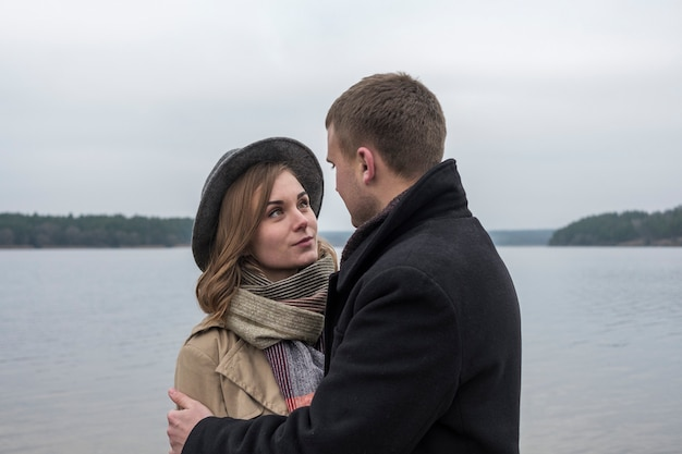 Любить молодая пара, глядя друг другу в глаза