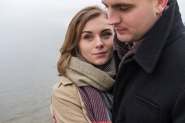 Счастливая молодая женщина, прижимаясь к своему парню