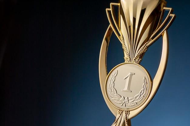 Кубок победителя с номером один, концепция успеха и победы.