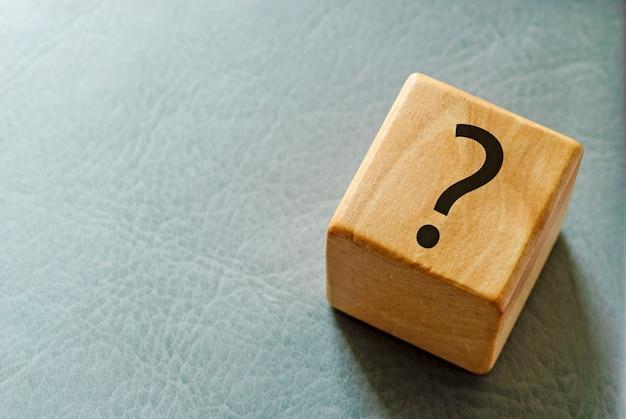 Деревянный игрушечный блок с печатным знаком вопроса