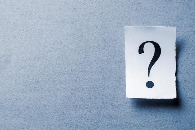 Одиночная скрученная карточка с печатным знаком вопроса