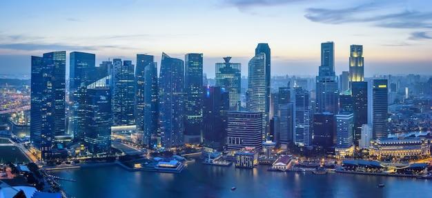 Сингапур центр города в сумерках, вид сверху