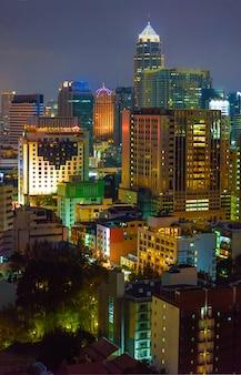 夜のバンコクの住宅街