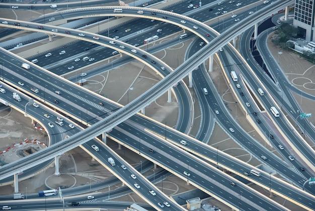 ドバイのダウンタウンの高速道路