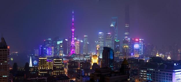 夜の上海金融街の高層ビル
