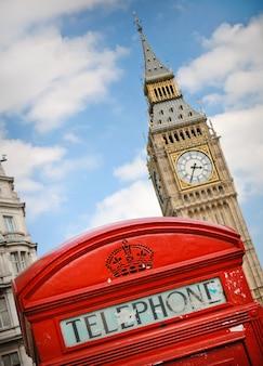 英国ロンドンの赤い電話ボックスとビッグベン