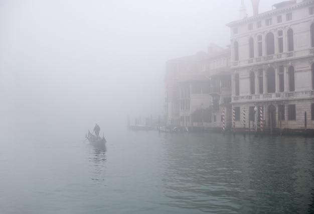 Одинокая гондола в тумане в гранд-канал, венеция, италия