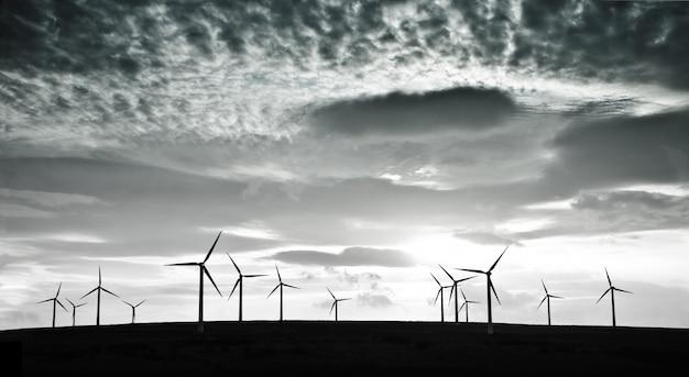 劇的な雲に対する風力タービン