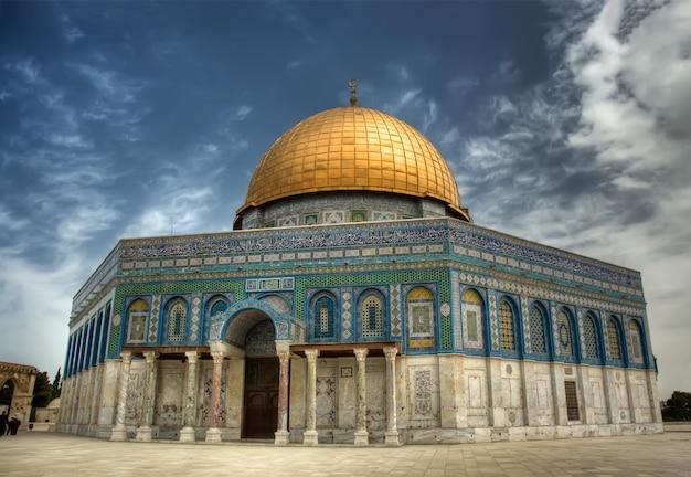 イスラエルのエルサレムの神殿の丘にあるイスラムの神殿である岩のドーム(アルアクサモスク)